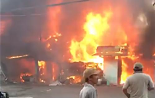 Đám cháy bùng lên dữ dội. Ảnh: Cắt từ video độc giả.