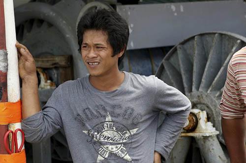 Khanh Huynh, thuyền viên người Việt Nam, đứng trên một con tàu đánh cá ở cảng Honolulu vào ngày 29/3. Ảnh: AP.