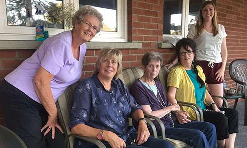 Bà Kathy, thứ hai từ trái sang, cùng bà Harrison, giữa và các thành viên trong gia đình. Ảnh: Montreal Gazette.