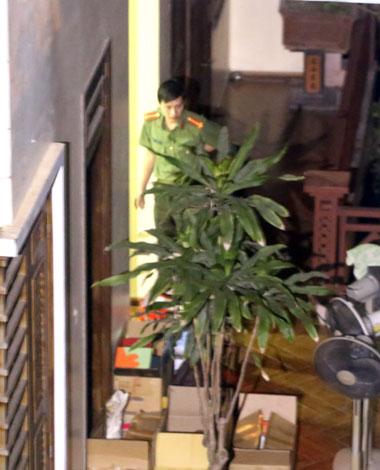 Công an khám nhà ông Vĩnh ở TP Nam Định thâu đâu, đưa nhiều thùng tài liệu ra ngoài. Ảnh: Bá Đô