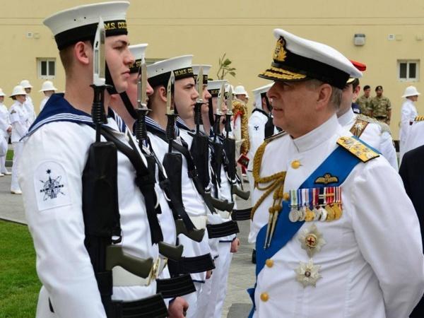 Hoàng tử Andrew, Công tước xứ York gặp các binh sĩ trong lễ khánh thành căn cứ quân sự ở Bahrain. Ảnh: Independent.