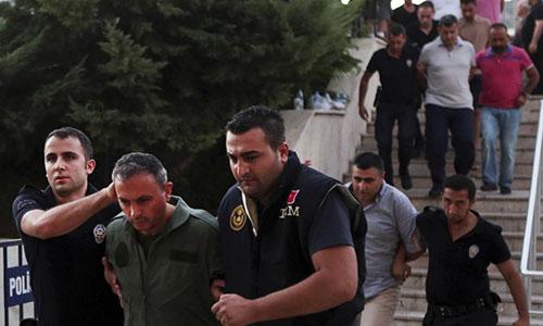 Các nghi phạm đảo chính Thổ Nhĩ Kỳ bị bắt hồi 2016. Ảnh: AP.
