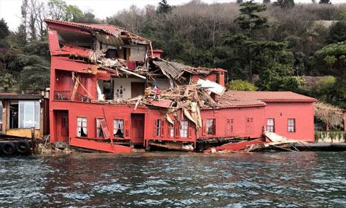 Tòa nhà cổ màu đỏ hư hỏng nặng sau cú đâm của tàu hàng. Ảnh: Daily Sabah.