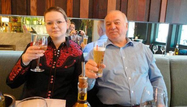 Bố con cựu điệp viên Sergei Skripal trước khi bị đầu độc. Ảnh: AP.