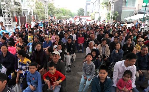 Khác với sự thưa thớt của những lần rước, buổi tập huấnnày thu hút hàng trăm người dân tham dự. Ảnh: Gia Chính