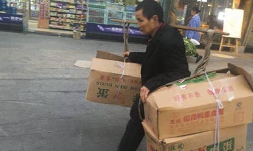 Công việc hàng ngày của một trong số 6 người thuê nhà:thu gom rác và bán cho các cơ sở tái chế. Ảnh: SCMP.