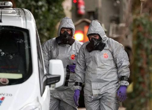 Các nhà điều tra mặc trang phục bảo hộ đưa một xe tải gần nơi phát hiện cựu điệp viên Nga và con gái bất tỉnh hôm 4/3ở Salisbury về khám nghiệm. Ảnh: PA.