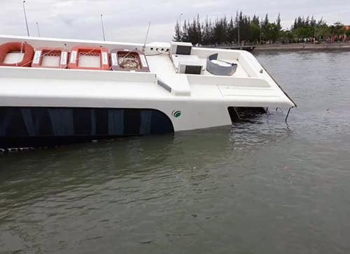 Tàu C3 bị chìm gần nửa. Ảnh: CTV.