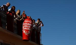 Dân Hy Lạp đón lễ Phục sinh bằng tục ném bình gốm từ ban công