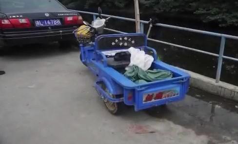 Chiếc xe ba gác của nạn nhân được tìm thấy.