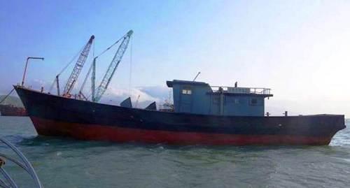 Con tàu có chữ Trung Quốc vẫn được neo đậu trên cảng biển Chân Mây. Ảnh của biên phòng