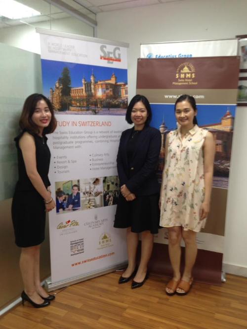Hà Minh Phương (rái) - cựu học sinh César Ritz về thăm văn phòng Visco Hà Nội. Hiện Phương làm việc tại khách sạn Mercure Hanoi La Gare Hotel.