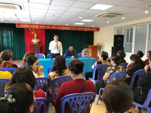 Tiểu thương tham gia cuộcđối thoại với lãnh đạo UBND quận Hoàn Kiếm. Ảnh: Giang Huy