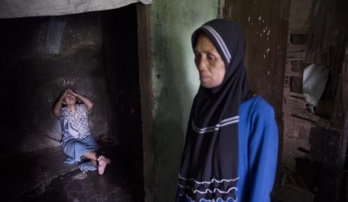 Abtyah, mẹ của Ernawati một mình chăm sóc con gái bị bệnh. Ảnh: SCMP.