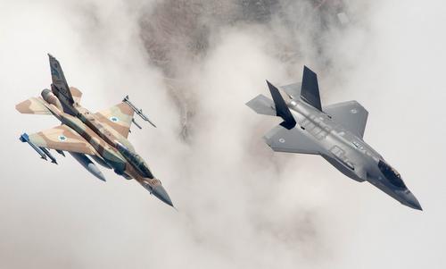 Tiêm kích F-16I (trái) và F-35I trong một chuyến bay thử tại Israel đầu năm nay. Ảnh: IAF.