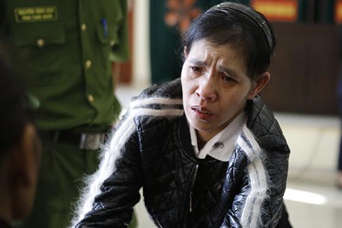 Nguyễn Thị Thanh khóc tại tòa. Ảnh: Anh Thư.