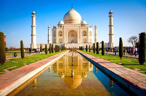 Taj Mahal phản chiếu xuống mặt hồ tạo nên hình ảnh đối xứng hoàn hảo. Ảnh: Beautiful Global