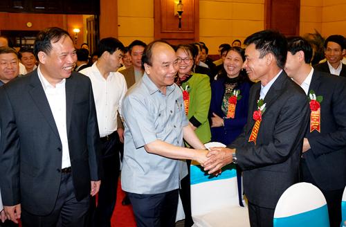 Thủ tướng Nguyễn Xuân Phúc gặp gỡcác đại biểu tại cuộc đối thoại. Ảnh: Lê Hiếu.
