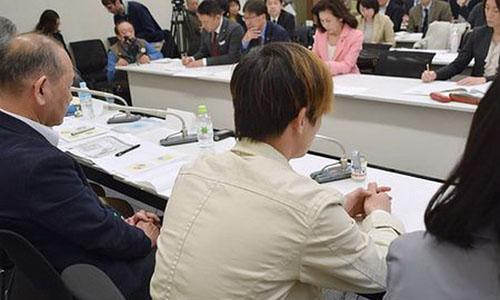 Một thực tập sinh Việt Nam tố cáo công ty Nhật Bản không trả phụ cấp độc hại cho các lao động tẩy xạ tại buổi họp báo ngày 14/3. Ảnh: Jiji Press.