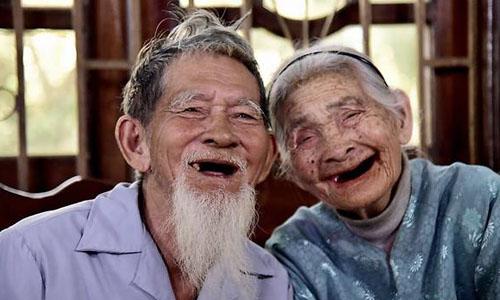 Cụ ông Le Van So, 94 tuổi (trái) và cụbà Nguyen Thi Loi, 88 tuổi tại nhà ở làng rauTrà Quế,xã Cẩm Hà, cách trung tâm phố phổ cổ Hội An3 km. Ảnh: Media Corp.