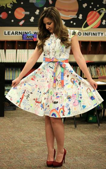 Chiếc váy trắng được côCastlebury mua online với giá chưa đến 20 USD, được học sinh biến thành tác phẩm vô giá.