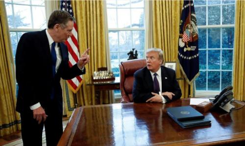 Đại diện Thương mại Mỹ Robert Lighthizer (trái) nói chuyện với Tổng thống Trump tại Nhà Trắng hồi tháng một. Ảnh: AP.