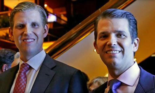 Eric Trump (trái) và Donald Trump Jr chụp ảnh ở New York năm 2017. Ảnh: AP.