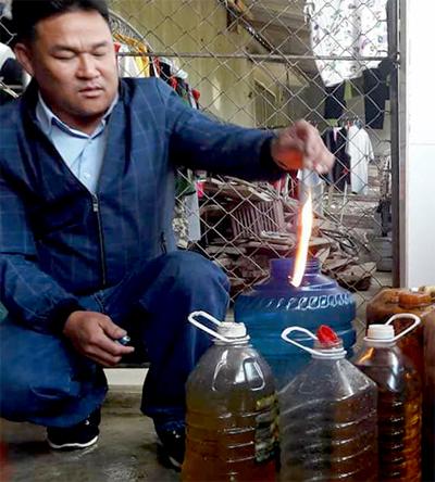 Nước giếng được người dân múc vào can, bốc cháy khi đốt. Ảnh:Đ.H