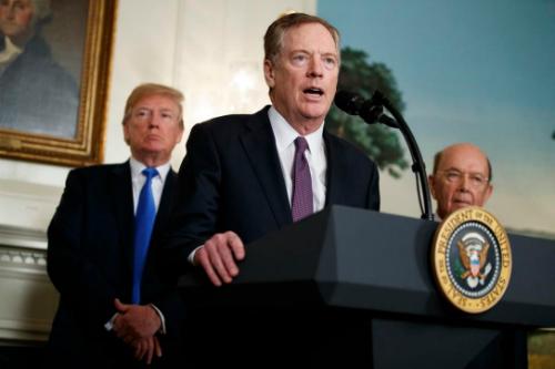 Robert Lighthizer (giữa) phát biểu tại Nhà Trắng ngày 22/3. Ảnh: AP.