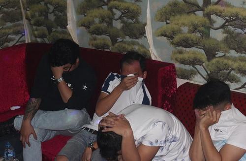 Các thanh niên bị bắt quả tangkhi sử dụng ma túy. Ảnh: Thái Hà