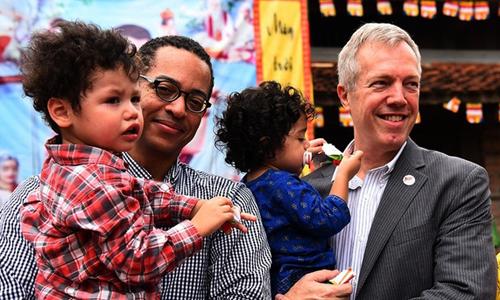Gia đình ông Osius trong một sự kiện tại Hà Nội năm ngoái. Ảnh: Giang Huy.