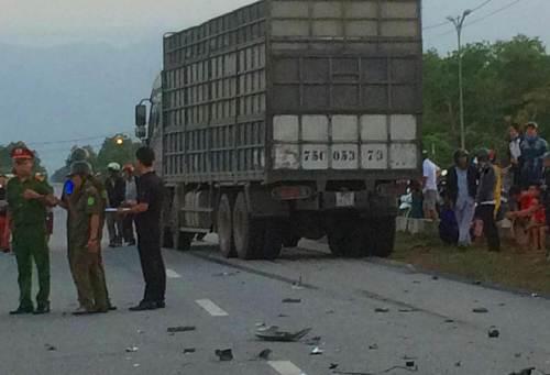 Nhiều bộ phận của xe máy vỡ vụn rơi vãi trên đường. Ảnh: CT