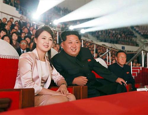 Vợ chồng Kim Jong-un theo dõi buổi biểu diễn ca nhạc kỷ niệm 72 năm thành lập đảng Lao động năm 2015. Ảnh:EPA