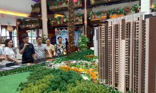 Người dân xem triển lãm quy hoạch khu căn hộ ở Trịnh Châu, tỉnh Hà Nam năm 2016Ảnh: Reuters.
