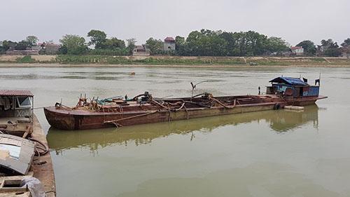 Một trong hai tàu cát tặc đang bị công an tạm giữ để điều tra. Ảnh: Lê Hoàng.