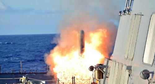 Tàu chiến Mỹ khai hỏatên lửa hành trình Tomahawk trong một cuộc diễn tập trên biển. Ảnh: USArmy.