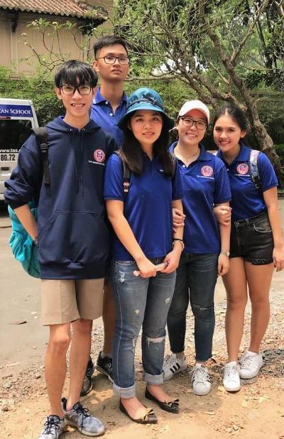 Trần Minh Trí (ngoài cùng bên trái) trong một chuyến tham gia tình nguyện tại trại trẻ mồ côi.