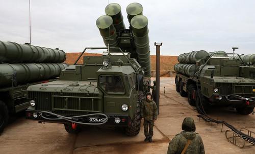 Kíp vận hành tên lửa S-400 chuẩn bị cho một buổi huấn luyện. Ảnh: TASS.