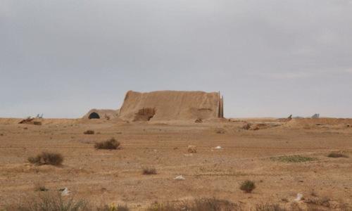 Một nhà chứa máy bay bỏ hoang của T-4 bị trúng tên lửa trong vụ không kích ngày 9/4. Ảnh:Riafan.