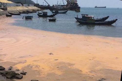 Vệt nước màu đỏ xuất hiện bất thường ở bờ biển xã Quảng Đông, Quảng Trạch, Quảng Bình. Ảnh: H.L