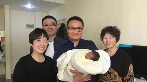 Cha mẹ của đôi vợ chồngShen Jie và Liu Xi cùng cháu trai ra đời bằng phương pháp mang thai hộ. Ảnh: Sina