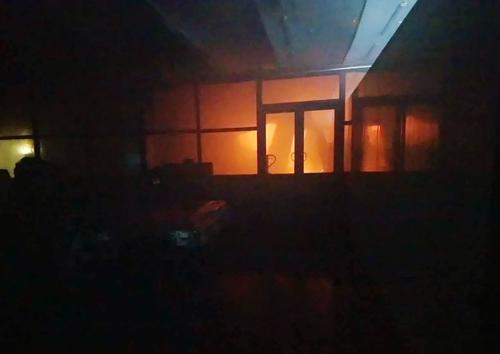 Lửa cháy ngùn ngụt bên trong. Ảnh: PCCC TP HCM