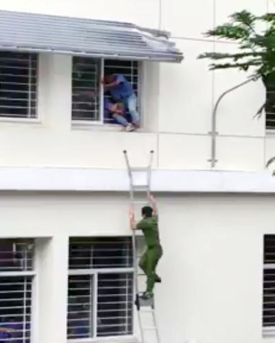 Cảnh sát cùng sinh viên giải cứu nam sinh định tự tử. Ảnh: Cắt từ clip