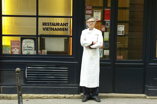 Ông Vifian đứng trước nhà hàng Tân Định ở Paris. Ảnh: NVCC.