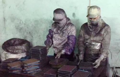 Các công nhân làm việc cho cơ sở của vợ chồng bà Đào Thị Chúc thực hiện công đoạn nhồi bột than tre vàocác viên lang tạo ra các con nhộngđiều trị bệnh ung thư. Ảnh: C.A