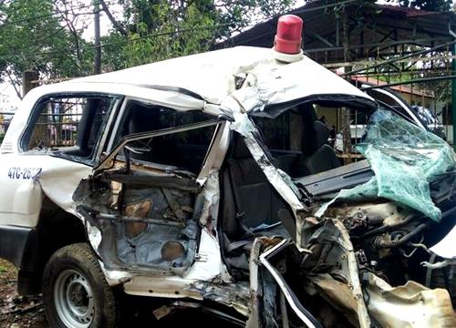 Xe cứu thương biến dạng sau tai nạn. Ảnh: Thiện Nhân.