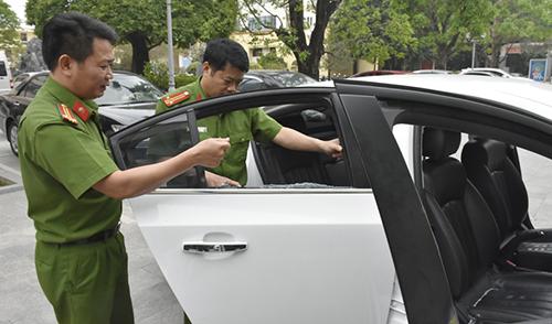Cảnh sát khám nghiệm chiếc xe tang vật. Ảnh: Lam Sơn.
