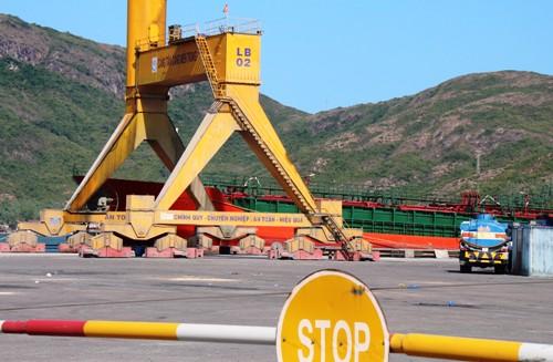 Tàu Thành Công 98 màu xanh đậu ở Tân Cảng Miền Trung. Ảnh: Đạt Trần.