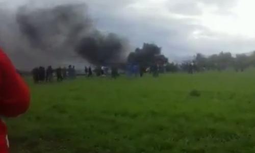 Khói đen bốc lên từ hiện trường vụ rơi máy bay hôm nay ở Algeria. Ảnh: Press TV.