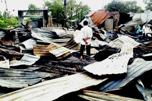 Hiện trường vụ cháy khiến 8 căn nhà liền kề bị thiêu rụi trong đêm. Ảnh: Phúc Hưng.